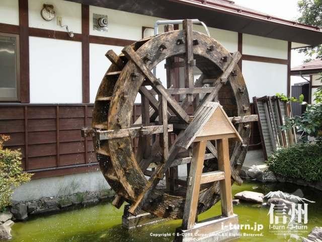 飯綱町よこ亭のかなりのスピードで回転している水車