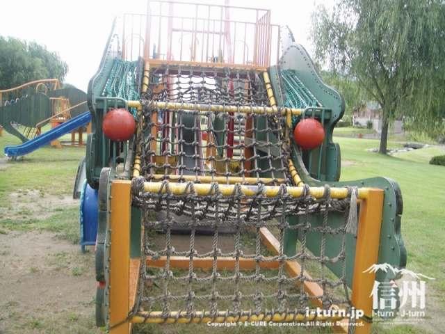 三峰川榛原河川公園 ロープの上を登る遊具