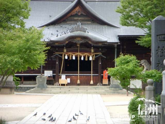 四柱神社の拝殿と参集殿