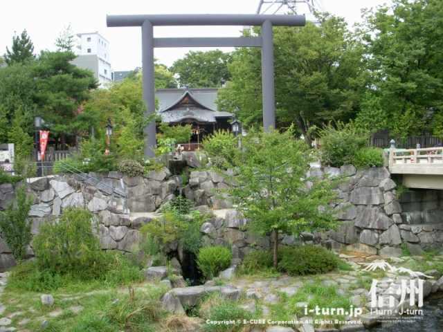 女鳥羽川の対岸から見た四柱神社