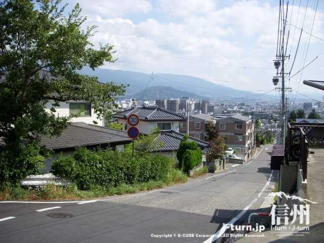城山公園に向かうにつれ、高台へ登っていきます。