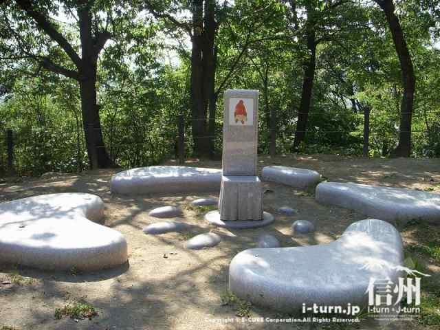 いわさきちろの碑というか椅子があります。