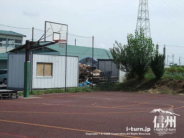 常念ドーム前のバスケットゴール