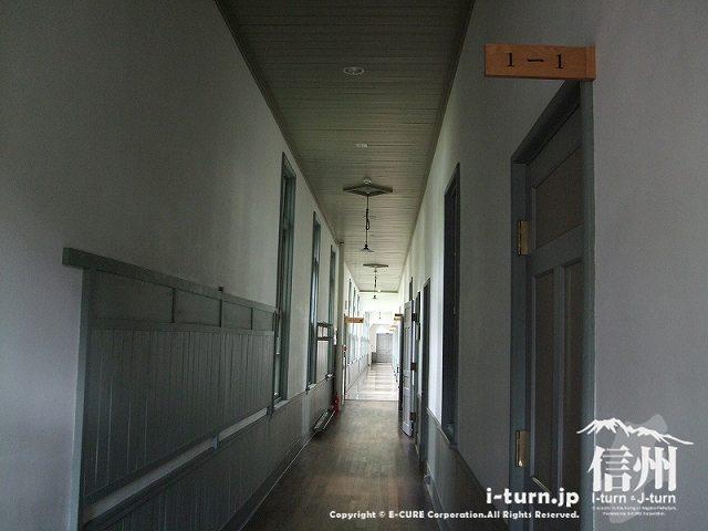 1F 1-1から見た廊下