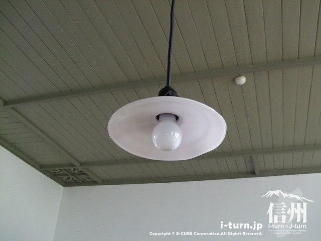 復元教室の明かりは裸電球1つ