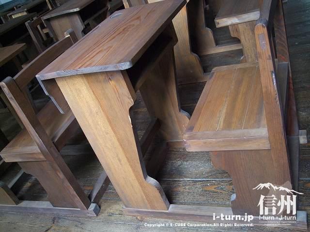 復元教室の机とイス