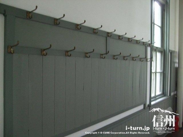 廊下には体操服などをかけられるフック