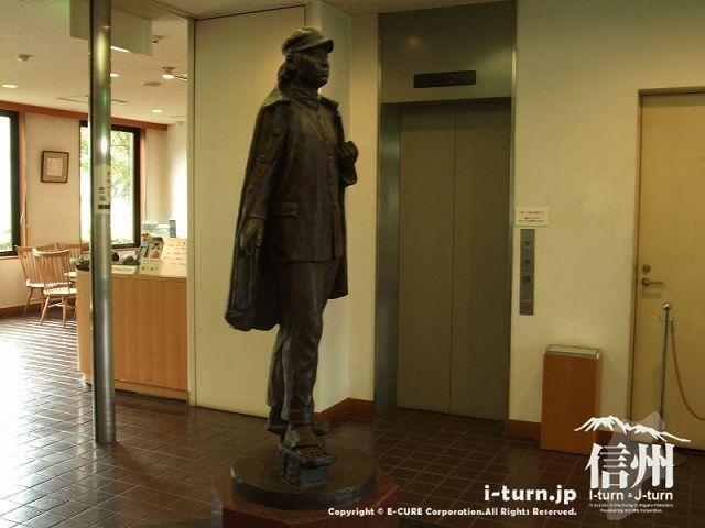 旧制松本高校記念館の入口にある学生の銅像