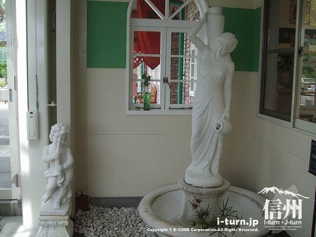 天然水が流れる銅像