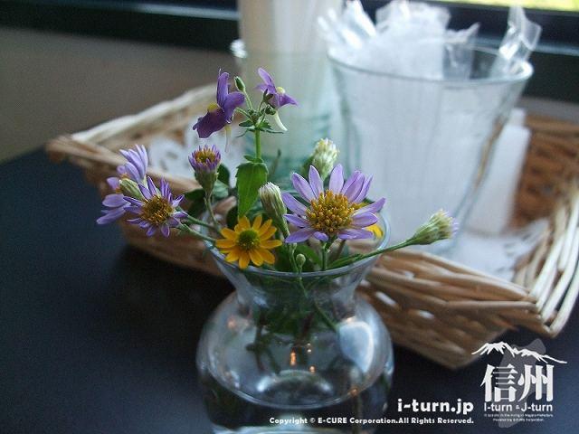 プティ・マルシェ テーブルの上の花