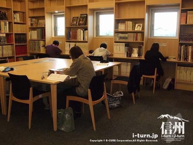 安曇野市中央図書館 学習コーナー