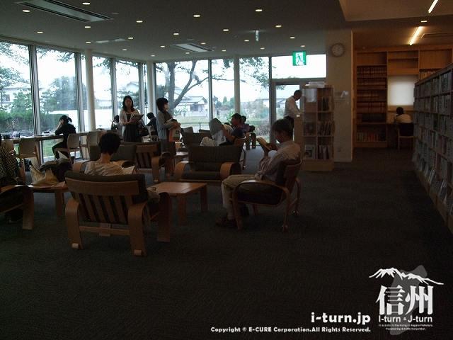 安曇野市中央図書館 ブラウジングコーナー