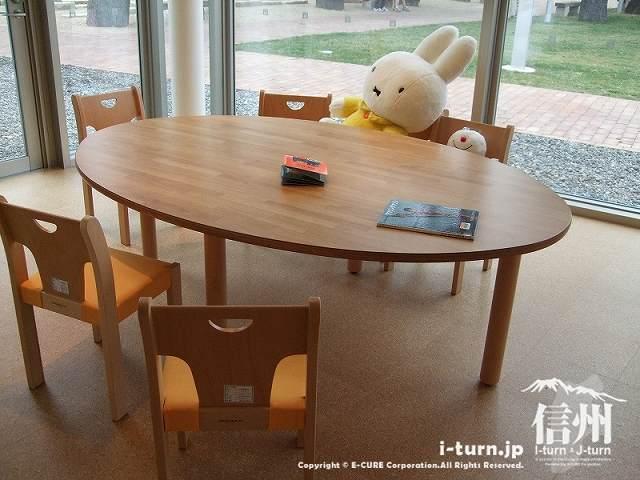 こどもとしょかんのテーブルとイスとミッフィー