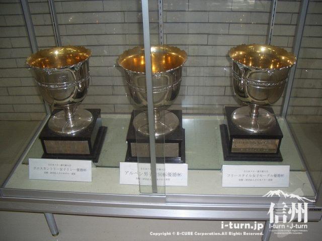スキー選手の優勝カップが展示されています