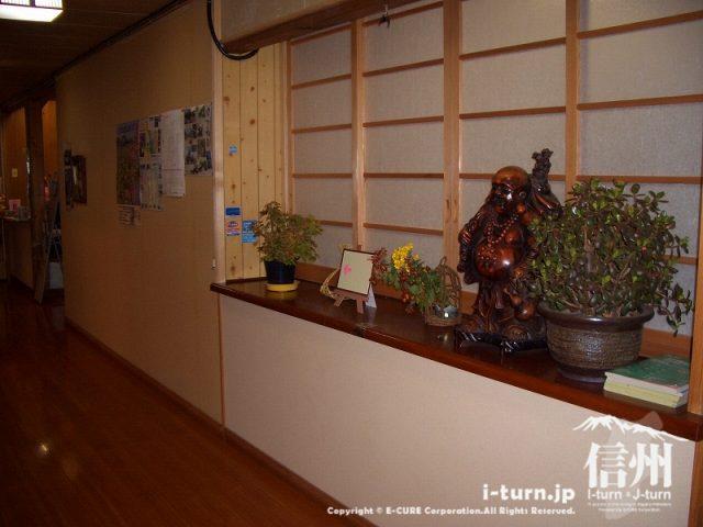 山形村唐沢そば集落「水舎」玄関から広間への廊下
