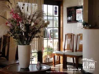 喜楽食堂のメイン客席の中央にある生け花