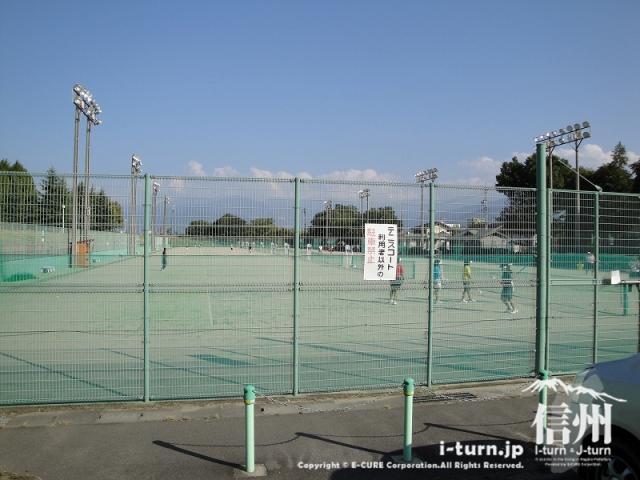 長野運動公園にはテニスコートもあります