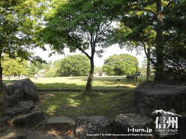 芝生の公園と長野市営陸上競技場のサブグラウンド