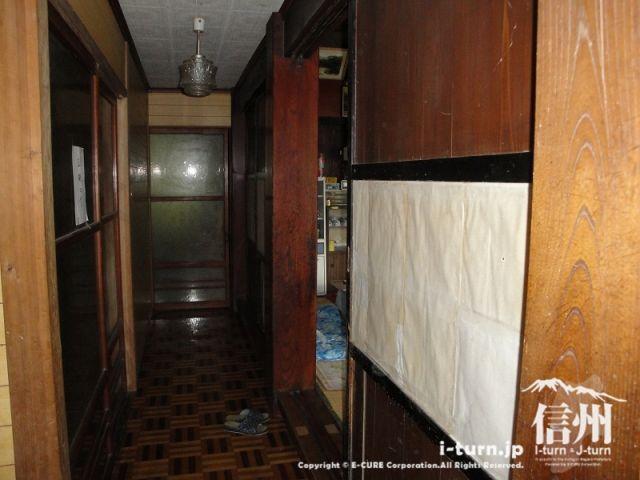 とみくら食堂は普通の玄関を上がると普通の家の廊下があります