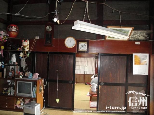 とみくら食堂のおばさんが一人でお店(と言うより自分の家にお客様)にいます