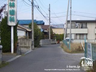 住宅地の1車線の細い道