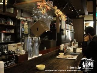 カウンターは焼酎・日本酒が並んでいます