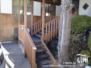 入口は木製の階段を上がります