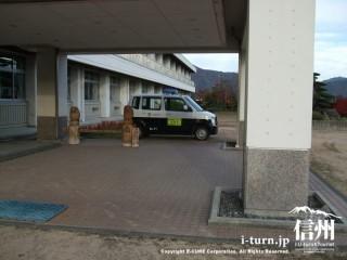 学校敷地内に駐車してある青パト