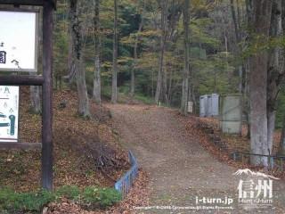 旧国鉄篠ノ井線廃線敷 けやきの森のトイレは奥