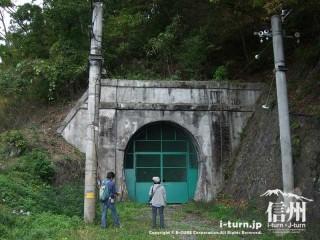 旧国鉄篠ノ井線廃線敷 三五山トンネルと写真愛好家