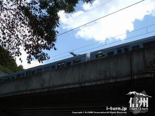 旧国鉄篠ノ井線廃線敷 現篠ノ井線を走る列車