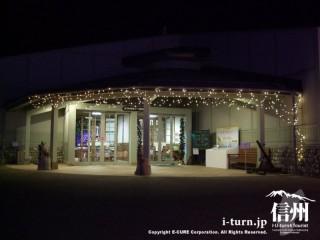 夜のテーマ展示館入口