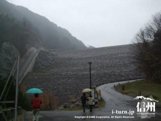 高瀬ダムを下から見たところ