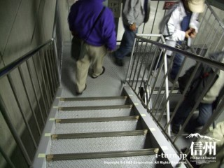 地下へと降りる階段