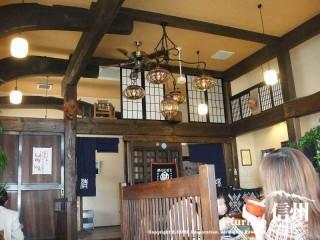 店内は天井高く梁の見えた古民家風