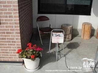 外の喫煙コーナーにはパイプ椅子