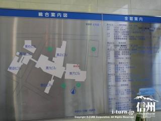 総合案内図(建物配置図)と全館案内(病棟診療科目)の表示板