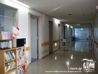 病室が並んでいます。廊下も広々として本棚も設置