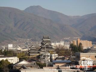 ビル屋上からの東山の一望です。真ん中には松本城、正面には美ヶ原