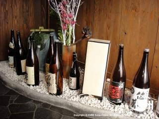 足元に日本酒・焼酎のビン