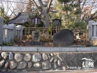 鳥居をくぐる前に歌碑と道祖神に出会います