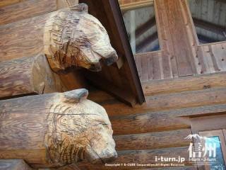 丸太の一部分に熊さんの彫刻