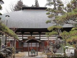 どっしりとした本堂。屋根は丸みをおび美しい形