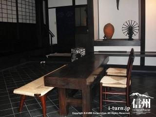 入り口の土間には民芸調の机といす