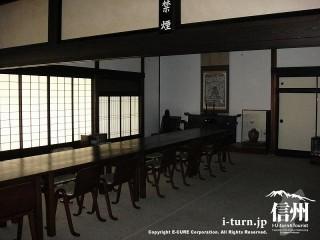広い座敷にこれも民芸家具の机と椅子