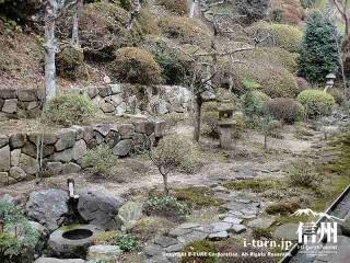 灯篭や石で造られた水桶、飛び石