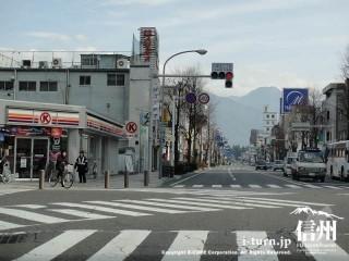 駅前通りのこの四つ角の信号を左折です