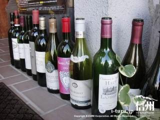 レンガの床には空のワインボトル