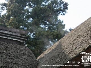 茅葺き屋根から上る湯気