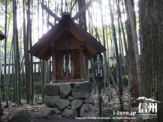 裏が竹林で小さな社ですが、やはり石垣にのってます
